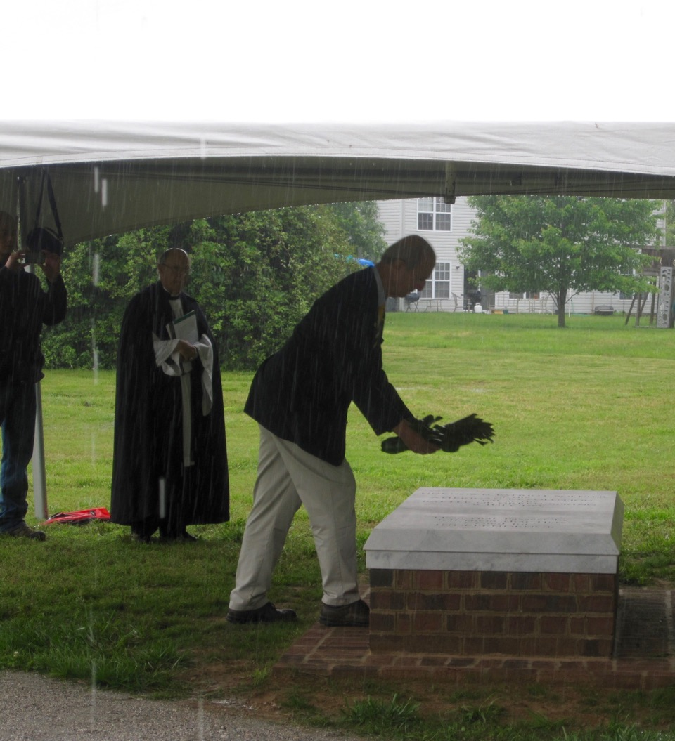 VASSAR President Ed Truslow lays a wreath on the Tomb of the Unknown Patriot Soldier of the American Revolution